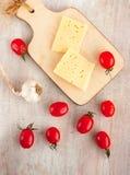 Ser, pomidor, czosnek, odgórny widok Fotografia Stock