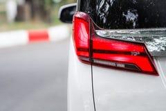 Ser röda bilbaklyktor för Closeup modern lyx arkivbilder