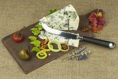 Ser z foremką na drewnianej tnącej desce Przygotowanie aromatyczny ser Stilton ser na drewnianej ser desce obrazy stock