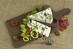 Ser z foremką na drewnianej tnącej desce Przygotowanie aromatyczny ser Stilton ser na drewnianej ser desce obrazy royalty free