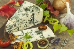 Ser z foremką na drewnianej tnącej desce Przygotowanie aromatyczny ser Stilton ser na drewnianej ser desce fotografia royalty free