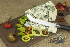 Ser z foremką na drewnianej tnącej desce Przygotowanie aromatyczny ser Stilton ser na drewnianej ser desce zdjęcia royalty free