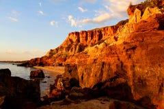 Sera al bluff rosso in Black Rock, Melbourne, Victoria, Australia fotografie stock libere da diritti