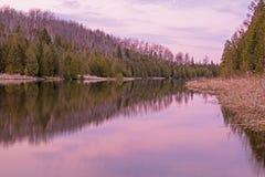 Sera alla zona di pesca provinciale del fiume del pino Fotografie Stock Libere da Diritti