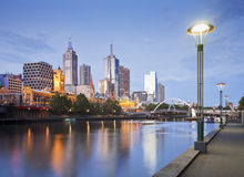 Sera in anticipo dell'orizzonte di Melbourne illuminata Immagine Stock Libera da Diritti