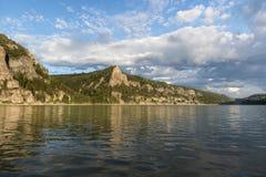 Sera calma, fiume e montagne di autunno Fotografia Stock