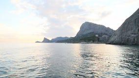 Sera calma sulla riva di mare in Crimea stock footage