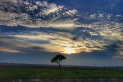 Sera del cielo blu e dell'arancia sulla strada del Laos fotografia stock