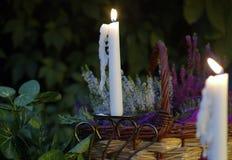 Sera del giardino con le candele immagine stock