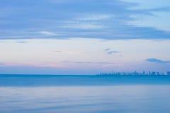 Sera del mare con la vista della città Immagine Stock