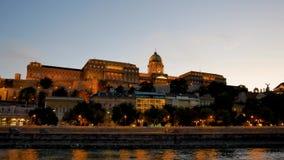 Sera della passeggiata di vista aerea a Budapest con l'illuminazione ed il castello archivi video