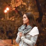 Sera di autunno del ritratto della giovane donna Fotografia Stock Libera da Diritti
