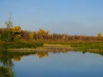 Sera di autunno sul fiume immagini stock libere da diritti