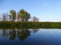Sera di autunno sul fiume immagine stock libera da diritti