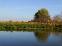 Sera di autunno sul fiume fotografia stock