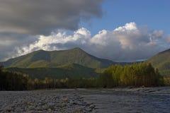Sera di estate nelle portate superiori del fiume di Urmi fotografie stock libere da diritti