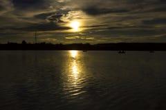 Sera di estate vicino al lago Il sole quasi è stato andato I pescatori stanno pescando sul lago immagini stock libere da diritti