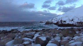 Sera di febbraio sulla riva del mare Glaciale Artico Regione di Murmansk, Russia video d archivio