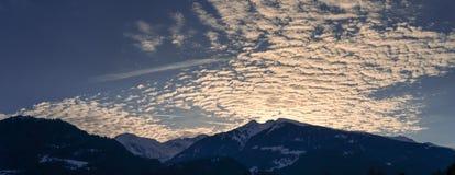 Sera di inverno del paesaggio della montagna della siluetta con il cloudscape fantastico fotografia stock libera da diritti