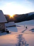 Sera di inverno nel villaggio montagnoso. Fotografia Stock