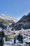 Sera di inverno nella stazione sciistica Ischgl nelle alpi del Tirolo La città innevata è in ombre, ma le montagne sono soleggiat Immagine Stock Libera da Diritti