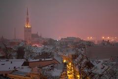 Sera di Misty March a vecchia Tallinn L'Estonia Immagini Stock Libere da Diritti