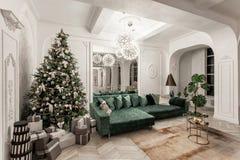 Sera di natale appartamenti lussuosi classici con l'albero di Natale decorato Grande specchio vivente del corridoio, sofà verde fotografie stock libere da diritti