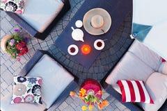 Sera di rilassamento sul patio che mangia tè Fotografie Stock