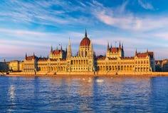 Sera di tramonto con il Parlamento ungherese a Budapest immagine stock libera da diritti