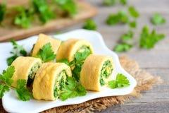 Sera i pietruszki omelette rolki na białym talerzu Stwarza ognisko domowe smażyć omelette rolki z kraciastym serem i znakomicie - Fotografia Stock