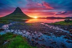 Sera maestosa con il vulcano di Kirkjufell Attrac turistico popolare Fotografia Stock Libera da Diritti