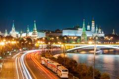 Sera a Mosca Vista di notte del Cremlino e Fotografia Stock