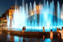 Sera nella città di Kyiv l'ucraina Molte fontane di sorveglianza della gente sconosciuta sulla via di Khreshatyk 12 agosto 2017 e Fotografia Stock