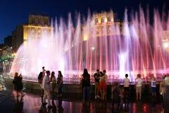 Sera nella città di Kyiv l'ucraina Molte fontane di sorveglianza della gente sconosciuta sulla via di Khreshatyk 12 agosto 2017 e Immagine Stock