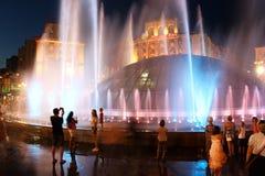 Sera nella città di Kyiv l'ucraina Molte fontane di sorveglianza della gente sconosciuta sulla via di Khreshatyk 12 agosto 2017 e Immagini Stock Libere da Diritti
