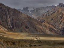 Sera nella valle dell'alta montagna, gli ultimi raggi del sole vanno giù brunire le colline Immagini Stock