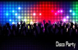 Sera in night-club la gente contro illuminazione di colore Immagini Stock Libere da Diritti