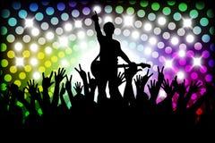 Sera in night-club la gente contro illuminazione di colore Fotografia Stock Libera da Diritti