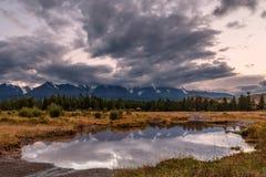 Sera nuvolosa di riflessioni del fiume delle montagne Immagini Stock Libere da Diritti