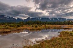 Sera nuvolosa di riflessioni del fiume delle montagne Fotografia Stock Libera da Diritti