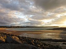 Sera nuvolosa sulla spiaggia dorata Immagini Stock
