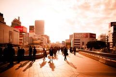 Sera occupata alla stazione di Sendai, folla della gente che cammina contro Fotografie Stock Libere da Diritti