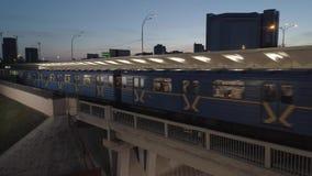 31 06 Sera occupata 2017 nella città, il Metropolitan di Kiev, treno arriva alla stazione nella sera video d archivio