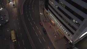Sera occupata nella città, nightlight, automobili sulla strada video d archivio