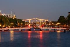 Sera scarna di Amsterdam del ponte Fotografia Stock