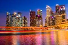 Sera a Singapore e la lampadina della città Fotografie Stock