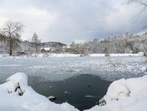 Sera su un ghiaccio congelato del lago nevoso fotografia stock