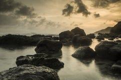 Sera sulla spiaggia di menganti, kebumen, Java centrale fotografia stock libera da diritti