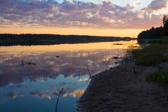 Sera sulla sponda del fiume Fotografia Stock