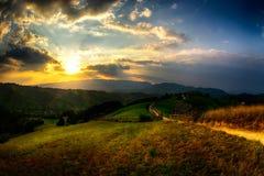 Sera, tramonto sulle colline della montagna del villaggio di Simon Immagini Stock